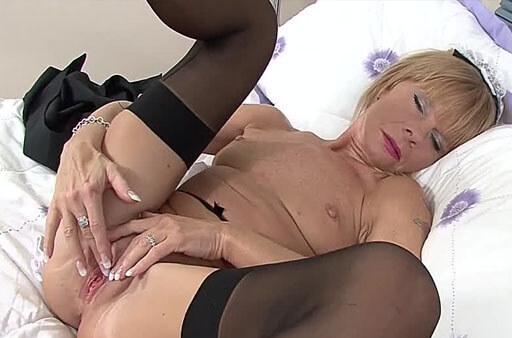 alte oma fingerlt ihre muschi im sexfilm
